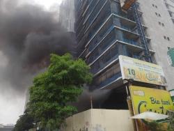 Chung cư QMS Tower cháy lớn, nhiều công nhân sợ hãi chạy ra ngoài