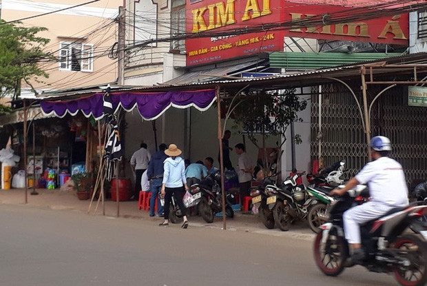 con trai chu tiem vang tu vong trong phong ngu dau trum tui nilon co quan kin bang keo