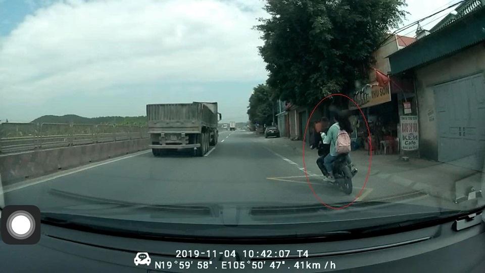 clip doi nam nu di exciter phong bat mang va cham voi xe tai 2 nguoi thuong vong