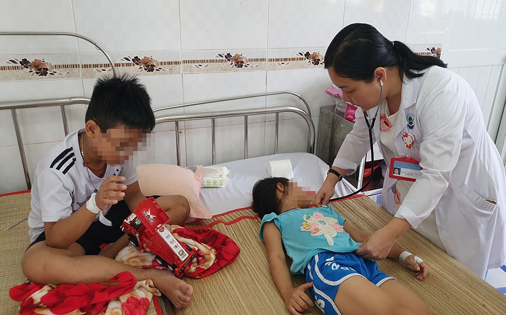 nghi an mau thuan gia dinh me cho 4 con uong thuoc diet co