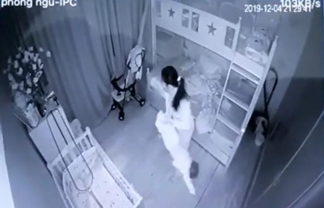 video giup viec doc nguoc be gai 1 tuoi nem xuong giuong vi khong chiu ngu