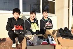 Cậu bé gốc Việt với chiến dịch thu thập giày đá bóng cho các bạn nhỏ khó khăn ở Việt Nam