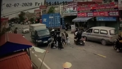 video vuot au bi xe container va xe tai kep giua 2 thanh nien nga dau don