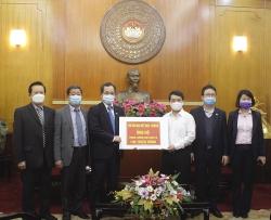 Hội Hữu nghị Việt Nam - Rumani trao 100 triệu đồng cho MTTQ Việt Nam ủng hộ phòng, chống dịch COVID-19