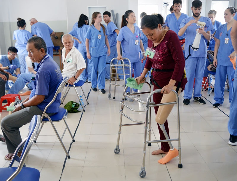 Bệnh nhân tập di chuyển sau khi lắp chân giả. Ảnh: Báo Đồng Khởi