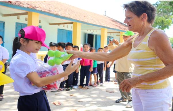 to chuc susanns help for children den khanh hoa trao yeu thuong