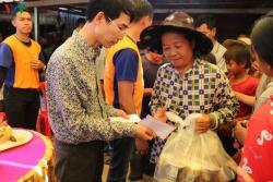 Hơn 800 suất quà cứu trợ đến với người Việt tại Campuchia bị ảnh hưởng bởi lũ lụt