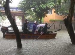 Thành phố Vinh ngập lụt kinh hoàng, nhiều nơi chìm trong biển nước