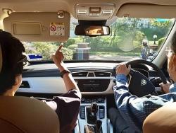 thu tuong malaysia 94 tuoi tu lai xe dua vo di hen ho gay sot mang xa hoi