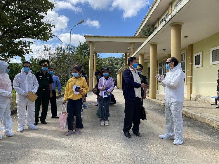 Lãnh đạo sở Giáo dục và Đạo tạo tỉnh Điện Biên đã tiếp nhận các em học sinh tại cửa quốc tế Tây Trang