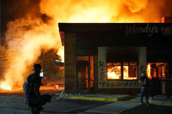 Mỹ: Biểu tình lại bùng phát khi một người da màu bị cảnh sát bắn chết