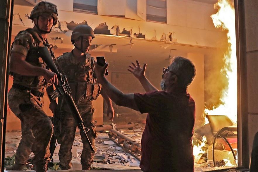 Video: Người biểu tình Lebanon chiếm trụ sở các bộ ở Beirut, 1 cảnh sát thiệt mạng