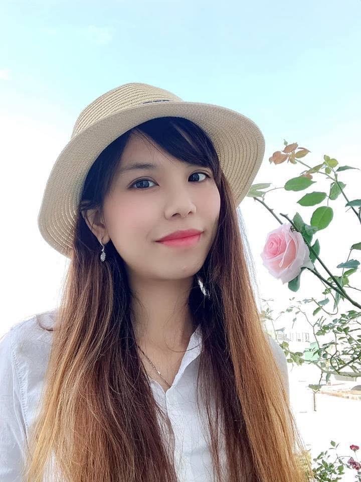 Ban cong thieu nang van ruc ro huong sac hoa hong cua co nang 8X o Sai Gon