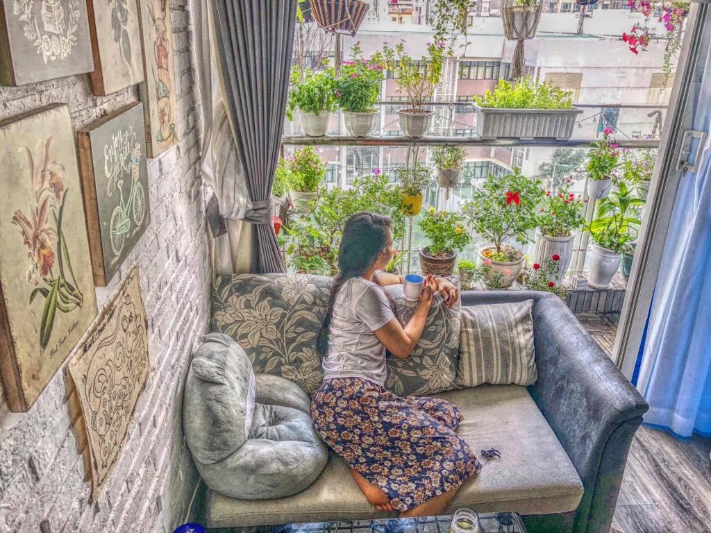 ban cong xanh mat tren tang cao bat chap nang gio nho trong rau va hoa o tp hcm