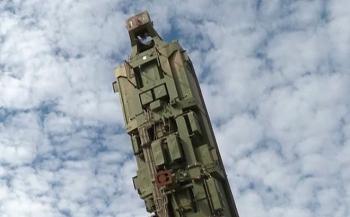Ngoạn mục màn nạp tên lửa đạn đạo Nga vào ống phóng silo