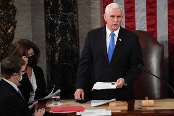 Phó Tổng thống Mike Pence không nghe điện thoại kêu gọi phế truất ông Trump