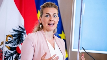 Nữ Bộ trưởng xinh đẹp phải từ chức vì các đợt công kích cá nhân