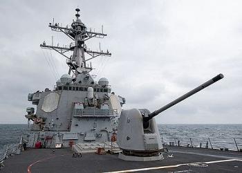Cận cảnh tàu khu trục Mỹ khai hỏa súng máy Mark 38 ở Ấn Độ Dương