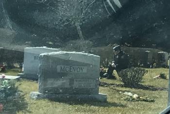 Bí ẩn về người quỳ gối trước mộ phần người con trai quá cố của Tổng thống Biden
