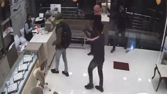 Video: Chủ tiệm vàng tay không chống trả khiến 4 tên cướp có súng cực kỳ manh động