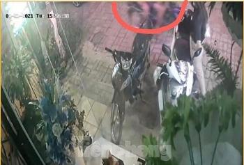 """Video: Đứng trước nhà gọi điện, cô gái bị nhóm cướp lướt qua """"vợt"""" luôn túi xách"""