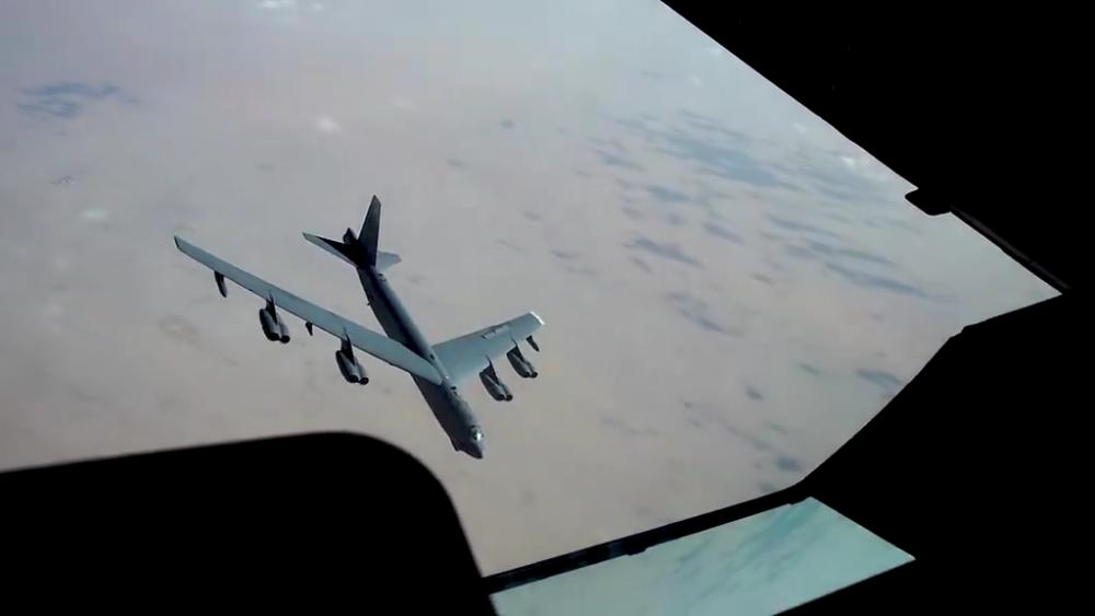 Cận cảnh màn tiếp nhiên liệu cho oanh tạc cơ B-52 trên bầu trời Trung Đông