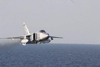 """Video: Cường kích Su-24 Nga """"tạt đầu"""" tàu chiến tên lửa Mỹ trên Biển Đen"""