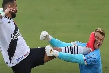 Video: Thủ môn phải rời sân sau cú đạp ác ý của đối thủ
