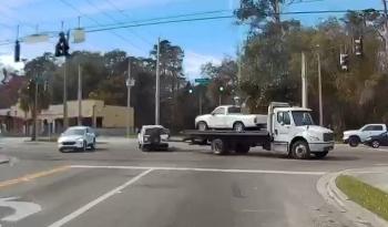 Camera giao thông: Xe cứu hộ vô tình 'đánh rơi' ô tô giữa đường