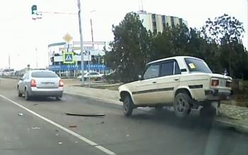 Camera giao thông: Ô tô mất lái loạng choạng 'vẽ đường cong' trên phố
