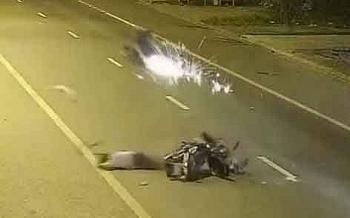 Camera giao thông: Nhóm cướp phóng xe như bay, tông người qua đường