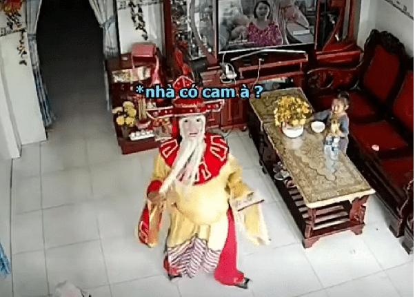 """Video: """"Thần tài"""" giật mình vì trộm đồ xong thì phát hiện nhà có camera"""
