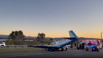 Mỹ: Máy bay lao xuống xa lộ, đâm vào ô tô