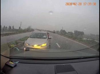 Camera giao thông: Đi ngược chiều, tài xế ô tô còn bắt xe khác nhường đường
