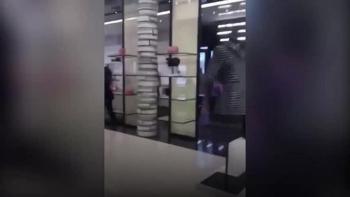 Video: Nhóm người có vũ trang xông vào cướp cửa hàng đồ hiệu Chanel