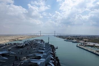 Tàu sân bay Eisenhower Mỹ tiến vào Trung Đông