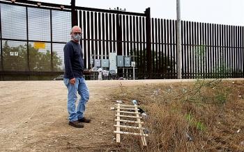 """Bức tường biên giới hàng tỷ USD thời ông Trump bị người nhập cư trèo qua dễ """"khó tin"""""""