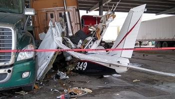 Máy bay lao xuống đường cao tốc ở Mexico khiến 6 người tử nạn