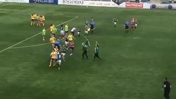 Video: Hỗn chiến trên sân bóng, nữ cầu thủ xông vào vào đấm nhau túi bụi