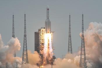 Hình ảnh mảnh vỡ tên lửa Trung Quốc lơ lửng trên không trung