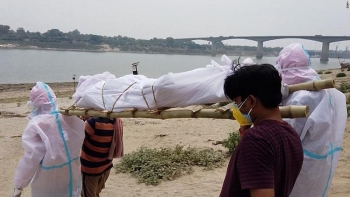 Cao điểm dịch COVID-19 ở Ấn Độ: Vớt hơn 30 thi thể từ sông Hằng
