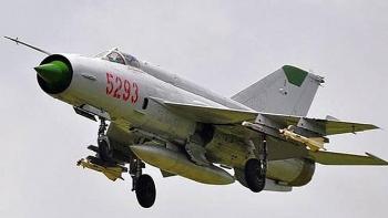 Video: Tiêm kích MiG-21 mất lái, cắm đầu xuống đất trong cuộc diễu hành quân sự