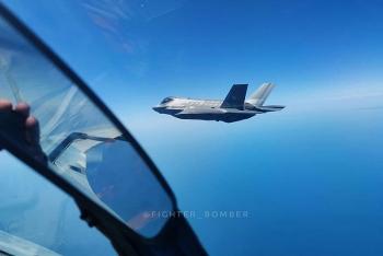 Chiến cơ Su-30 Nga xuất kích, ép tiêm kích F-35 Mỹ phải đổi hướng?