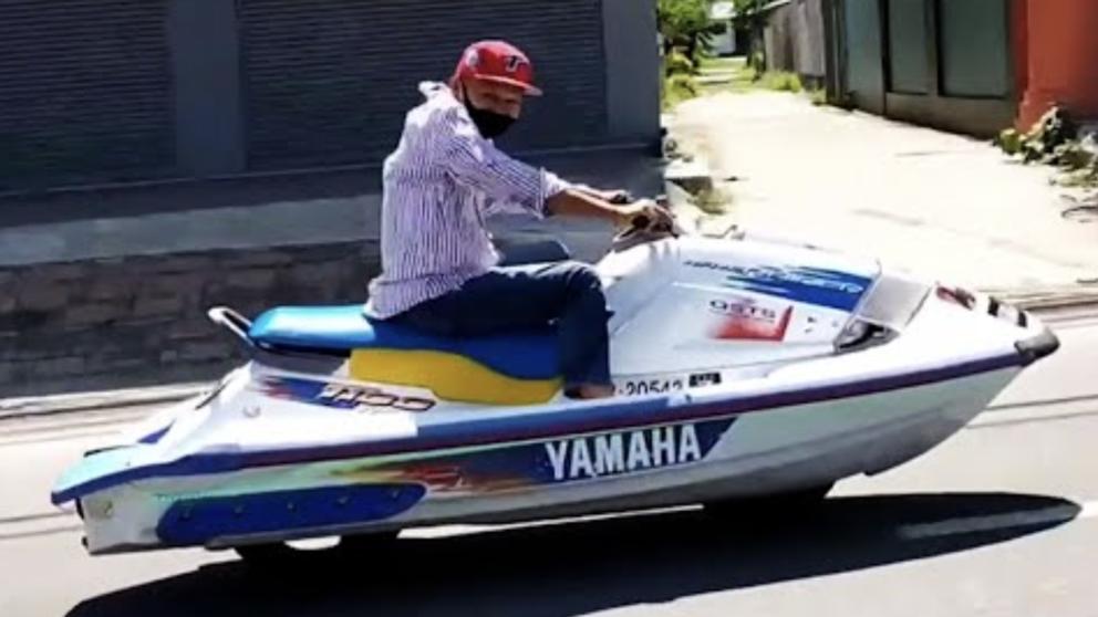 """Video: """"Mô tô nước"""" lướt như bay trên đường khiến nhiều người bối rối"""