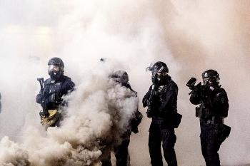 Đặc vụ Mỹ bắn hơi cay và lựu đạn để giải tán đám đông biểu tình