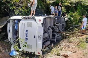 Video hiện trường vụ lật xe du lịch khiến 13 người chết ở Quảng Bình