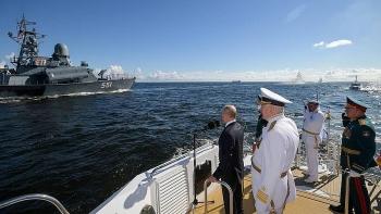 Video: Dàn tàu chiến, tàu ngầm hùng hậu tham gia kỷ niệm Ngày Hải quân Nga