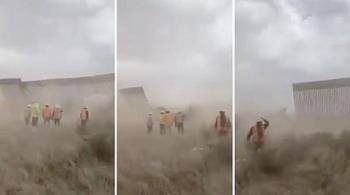 Rùng mình khoảnh khắc bức tường biên giới Mỹ - Mexico đổ sập vì gió bão