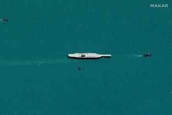 Iran kéo mô hình tàu sân bay Mỹ ra biển để tập trận