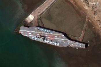 Video: Iran dội mưa tên lửa vào mô hình tàu sân bay Mỹ tại eo biển Hormuz